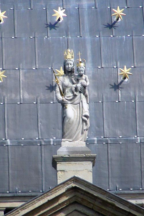 Statue of the Virgin Mary and Jezus on top of the entrance to the Basilica